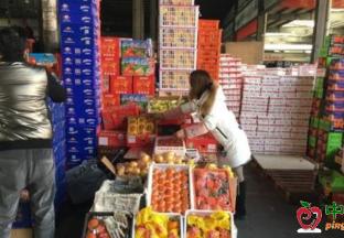 浙江杭州:市场水果都降价了 ()