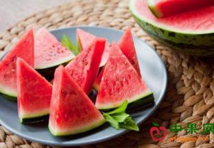 西瓜等夏季水果低价畅销 ()